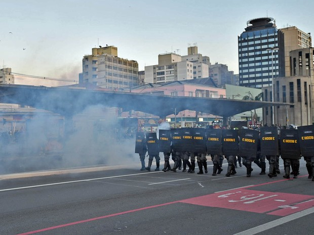 Polícia de choque entra em confronto com metroviários em greve próximo da estação Ana Rosa (Foto: Nelson Almeida/AFP)