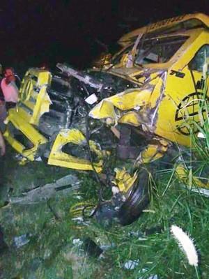 Carro forte foi atingido por caminhão durante assalto na ERS-235, na Serra do RS (Foto: Divulgação/Polícia Civil)