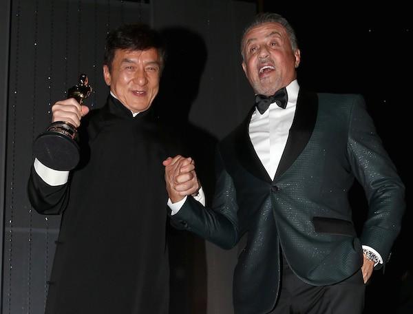 Sylvester Stallone ao lado do amigo Jackie Chan durante a entrega do Oscar honorário ao ator chinês em 2016 (Foto: Getty Images)
