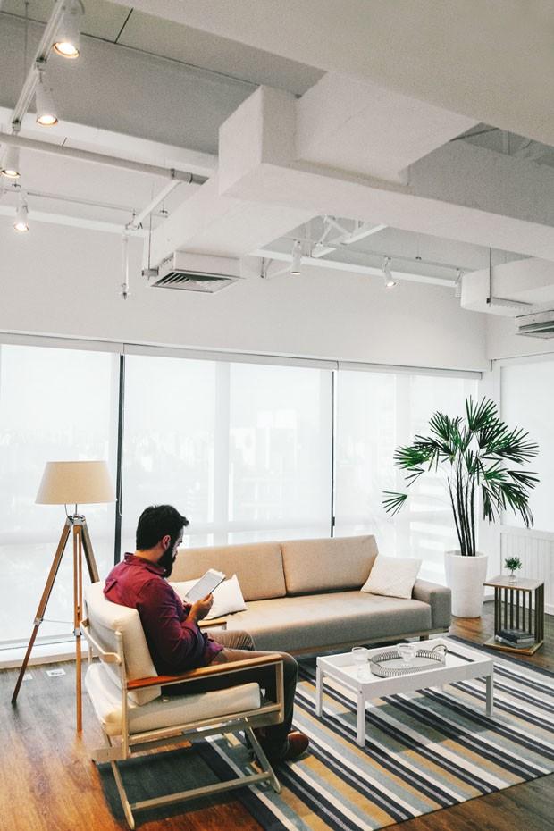 Escritório com cara de casa: reforma traz conforto a ambiente de 52 m² (Foto: Electromacore)