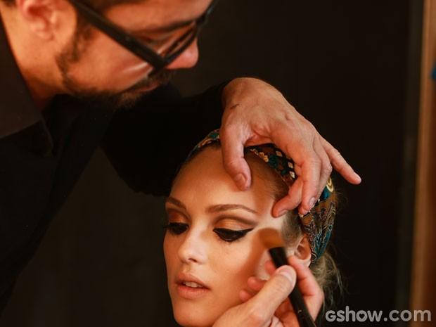 Fernando Torquatto mostra como fazer uma maquiagem à la Megan (Foto: Aline Kras/TV Globo)