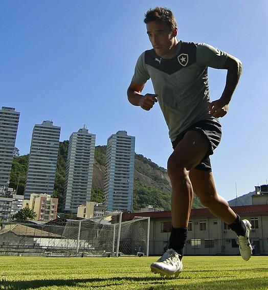 com o manto (Vitor Silva/SSPress/Botafogo)