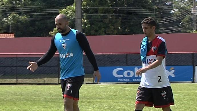 Márcio, goleiro, e Thiago Feltri, lateral do Atlético-GO (Foto: Reprodução/TV Anhanguera)