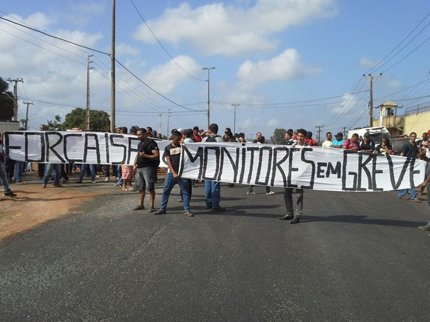 Monitores fazem protesto em frente ao Complexo Penitenciário de Pedrinhas em São Luís (Foto: Giovanni Spinucci / TV Mirante)