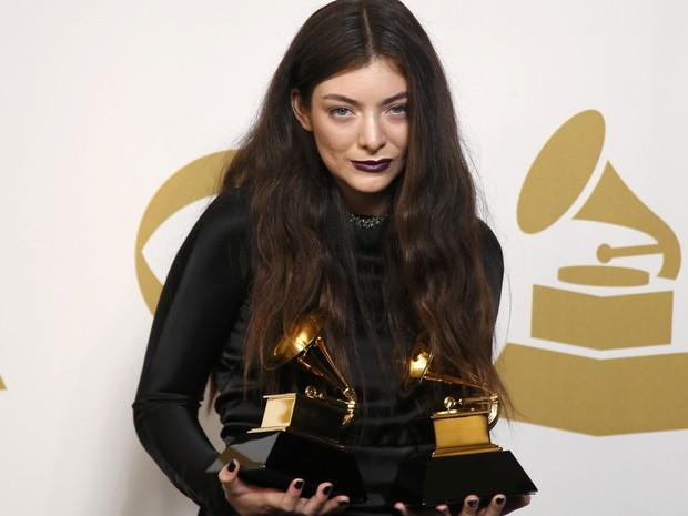 Lorde com os prêmios Grammy de melhor música do ano e melhor performance solo pop por 'Royals'. (Foto: REUTERS/Lucy Nicholson)