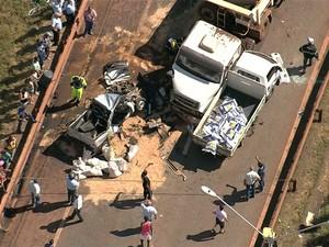 Veículos envolvidos em batida, na Br-381, em Igarapé (Foto: Reprodução/ TV Globo)