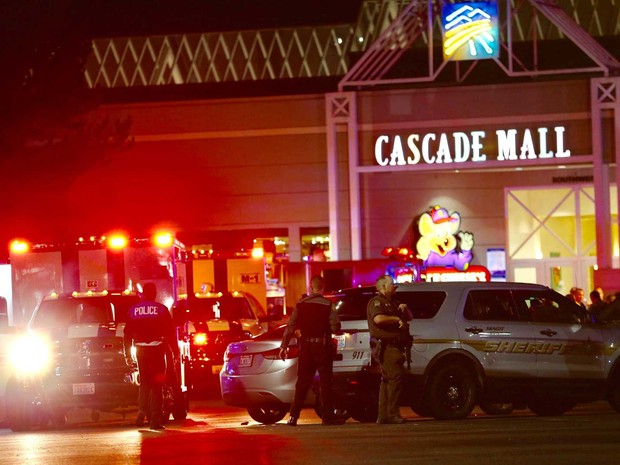 Policiais na área do shopping Cascade Mall, em Burlington (Foto: Dean Rutz / The Seattle Times / via AP Photo)