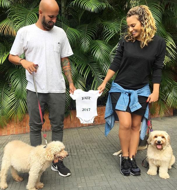 Maíra e Renato anunciaram a gravidez nas redes na última semana. Os dois estão juntos há sete meses (Foto: Reprodução Instagram)