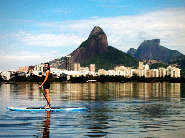 Luisa Micheletti pratica stand up paddle na Lagoa Rodrigo de Freitas (Foto: Arquivo pessoal)