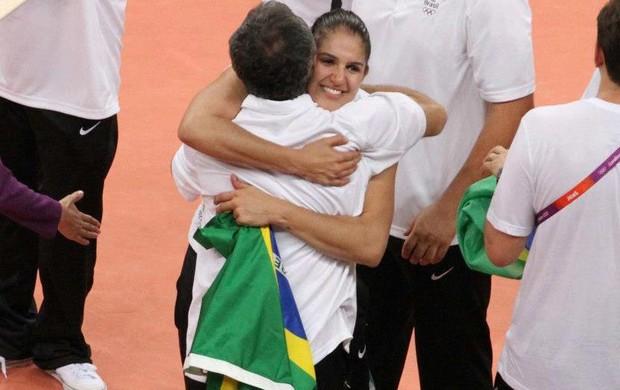 Natália comemora o ouro olímpcuio com o técnico Zé Roberto (Foto: Arquivo pessoal)