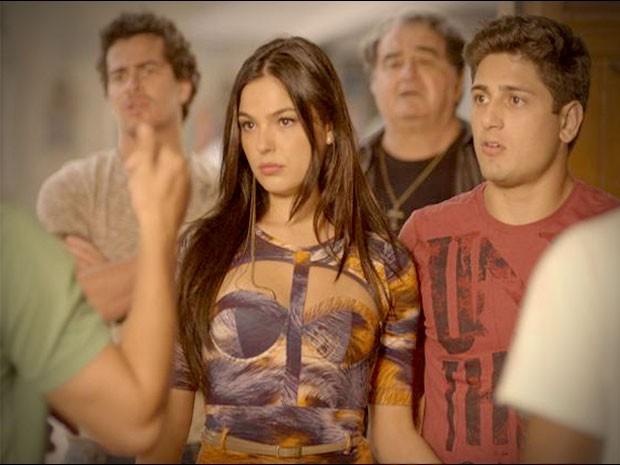 A morena não gosta nada de receber escolta (Foto: Avenida Brasil/TV Globo)