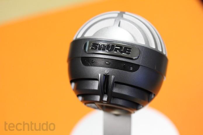 Shure MOTIV MV5 no pedestal original do microfone; ideal para gravar voz, violão e outros acústicos (Foto: Melissa Cruz / TechTudo)