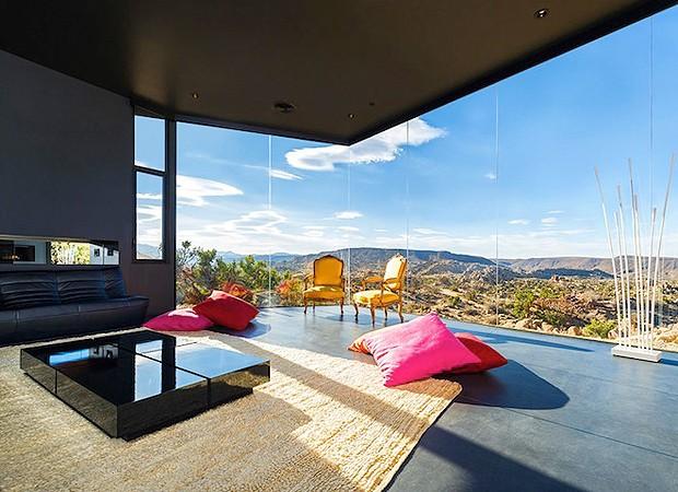 Os moradores podem se esticar nos almofadões e olhar o deserto (Foto: Divulgação)