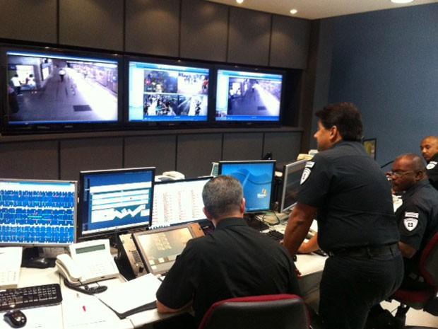 Funcionários da segurança do Metrô monitoram câmeras para coibir crimes nos vagões e plataformas (Foto: Kleber Tomaz / G1)