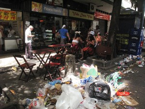 lixo afeta comércio (Foto: Matheus Rodrigues/ G1)