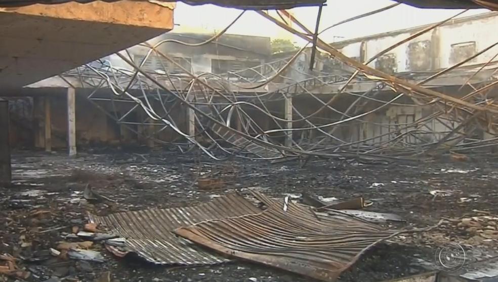 Loja de móveis ficou destruída em Marília (Foto: Reprodução/TV TEM)
