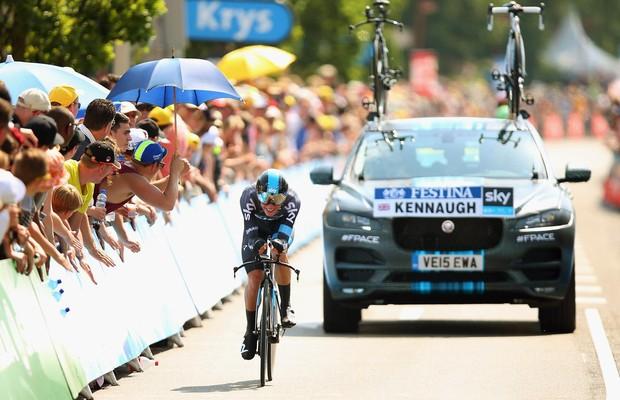 O Jaguar F-Pace como carro de apoio no Tour de France (Foto: Divulgação)
