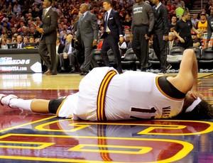 Varejão se lesiona em jogo da NBA (Foto: Getty Images)