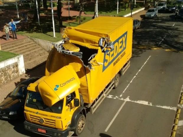 Carroceria de caminhão dos Correios ficou danificada após acidente (Foto: Renan Mello de Moura)