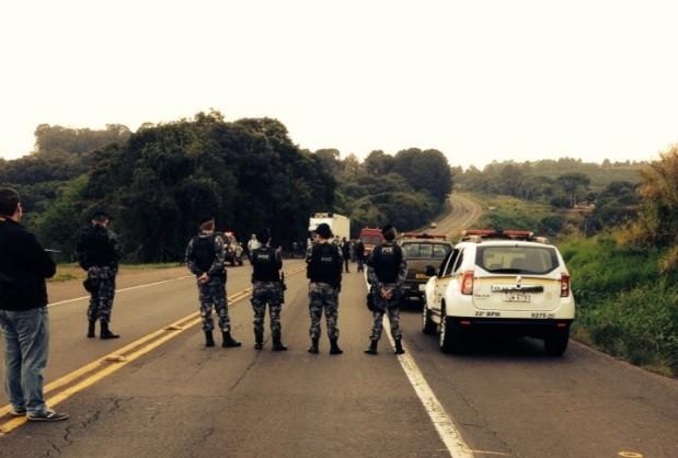 Após acidente, indígenas bloquearam rodovia em protesto (Foto: Daniela Mallmann/RBS TV)