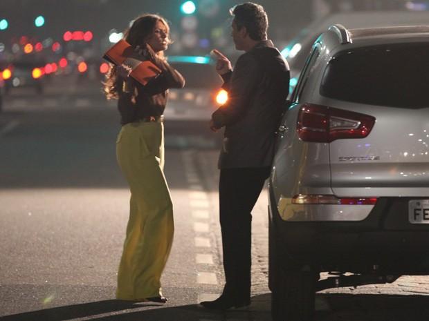 Helo bate com a bolsa no ex-marido no meio da rua (Foto: Salve Jorge / TV Globo)