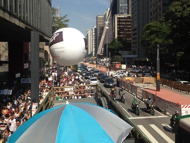 Manifestação bloqueia uma faixa da Avenida Paulista, no sentido Consolação (Foto: Roney Domingos/G1)