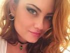 Ellen Rocche, decotada, sensualiza para selfie