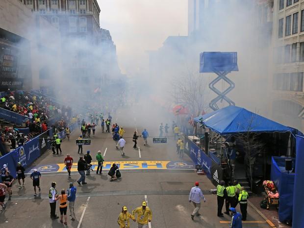 Foto mostra fumaça momentos depois de uma das explosões na linha de chegada da Maratona de Boston. (Foto: David L. Ryan/The Boston Globe via Getty Images)