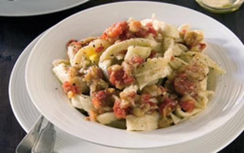 Tagliatelle artesanal com berinjela defumada e tomate fresco