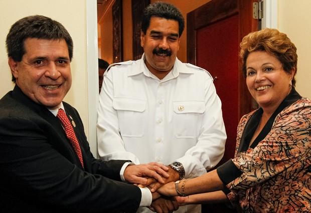Dilma Rousseff após encontro trilateral com os presidentes do Paraguai, Horacio Cartes, e da Venezuela, Nicolás Maduro, em Paramaribo (Foto: Roberto Stuckert Filho/PR)