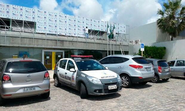 Agência alvo da quadrilha fica na Av. Engenheiro Roberto Freire, em Ponta Negra (Foto: Hugo Andrade/Inter TV Cabugi )