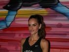 Izabel Goulart exibe barriga megachapada em corrida noturna