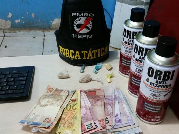 Droga e produto químico apreendido em boca de fumo em Porto Velho (Foto: Toni Francis/G1)