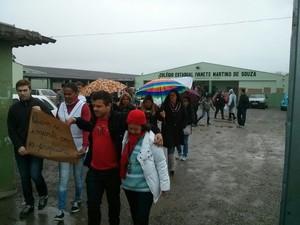 Manifestantes saíram em passeata pelas ruas de Piraquara (Foto: Fernando Lopes/RPC TV)