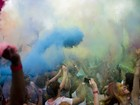 Jovens se divertem em 'festival das cores' hindu na Alemanha
