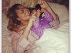 De pijama na cama, Mariah Carey vê sua estreia no 'American idol'