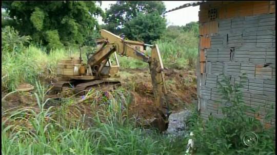 Prefeitura inicia limpeza em córregos para evitar enchentes em Itararé