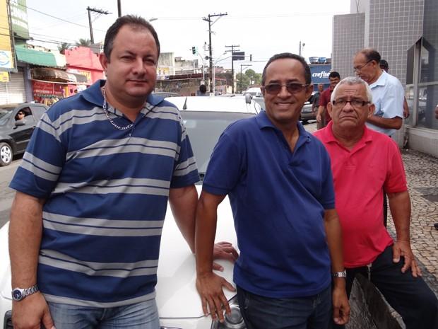 Taxistas de Jaboatão reclamam que carros particulares ocupam pontos de táxi. (Foto: Katherine Coutinho / G1)