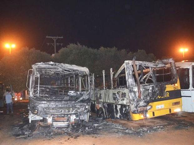 Ônibus usados para transporte de crianças foram incendiados em Sorriso, MT. (Foto: MT Notícias)
