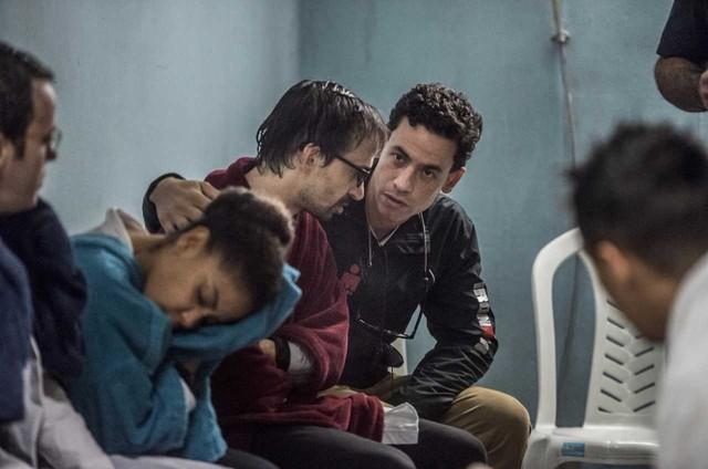 Dr. Márcio Maranhão, na foto com Júlio Andrade numa cena de 'Sob pressão', é consultor da série e fez uma participação na atração (Foto: Globo / Mauricio Fidalgo)