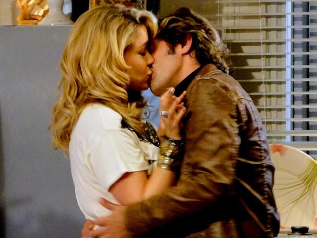 Que beijaço! Tom não perde tempo e surpreende Rosário (Foto: Cheias de Charme / TV Globo)