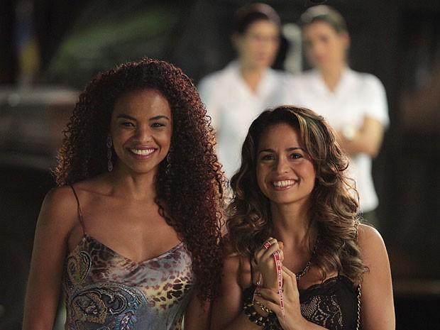 Morena torce por Théo e Érica observa ao fundo (Foto: Salve Jorge/TV Globo)
