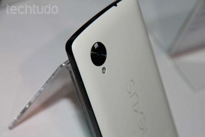 Traseira do Nexus 5 na versão branca (Foto: Isadora Díaz/TechTudo)