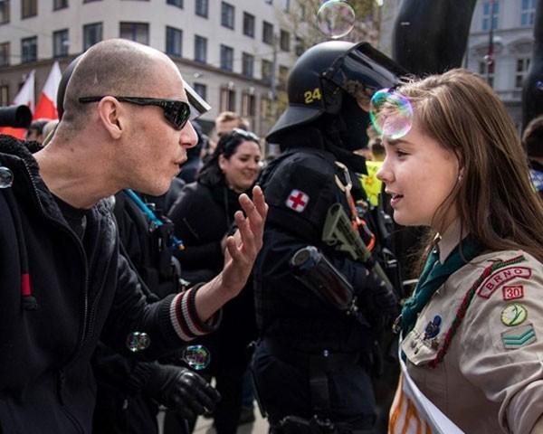 Escoteira de 16 anos enfrenta manifestante neo-nazi na República Tcheca (Foto: Reprodução Facebook)