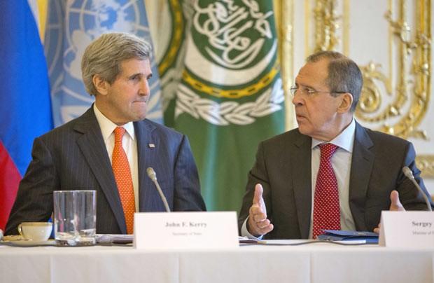 O secretário de Estado dos EUA, John Kerry, e o chanceler da Rússia, Sergei Lavrov, durante encontro nesta segunda-feira (13) em Paris (Foto: AP)