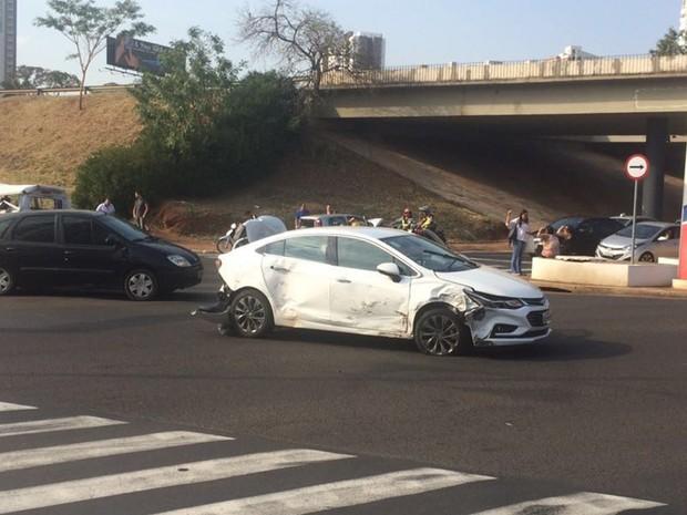 Maioria dos carros atingidos ficou danificado (Foto: Rodrigo Lemos)