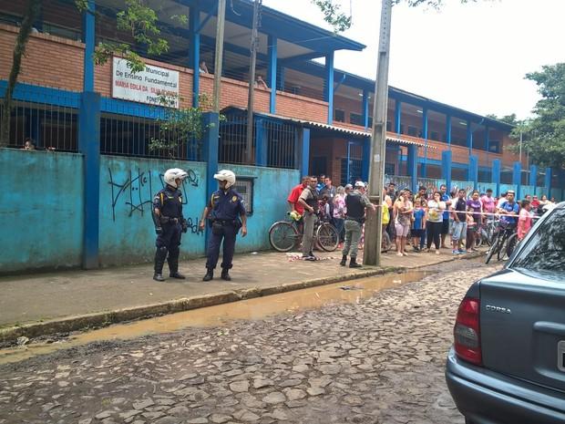 Homem foi morto dentro do carro a poucos metros da entrada da escola dos três filhos (Foto: BM/Divulgação)