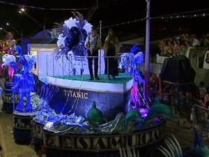 Samuca tentoa Oscar do samba contando história dos filmes na avenida em Rio Claro (Foto: Marlon Tavoni/EPTV)