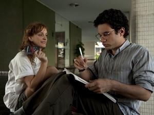 Renato (Thiago Mendonça) e Aninha (Laila Zaid) em 'Somos tão jovens' (Foto: Divulgação)