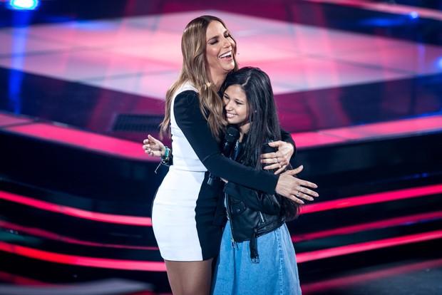 Ivete Sangalo com uma participante do The Voice Kids (Foto: Isabella Pinheiro / Globo)